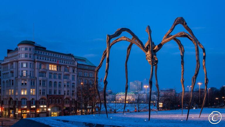 Louise Bourgeois - Maman Ausstellung in Hamburg Hintergrund die Binnenalster